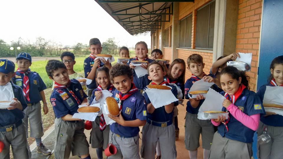 Lobinhos do G.E. Uirapuru aprendem a fazer pão