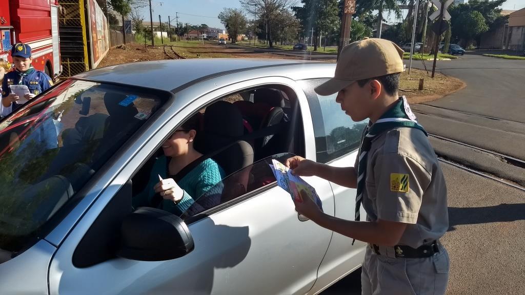 Jovens participam de Campanha de Segurança no Trânsito em Cândido Mota