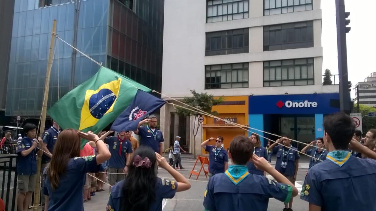 Jovens invadem a Paulista em atividade escoteira