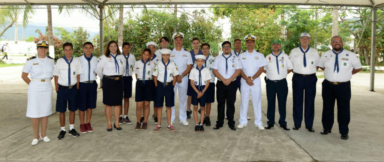 """Escotistas do G.E. do Mar Guaravita recebem Medalha """"Amigo da Marinha"""""""