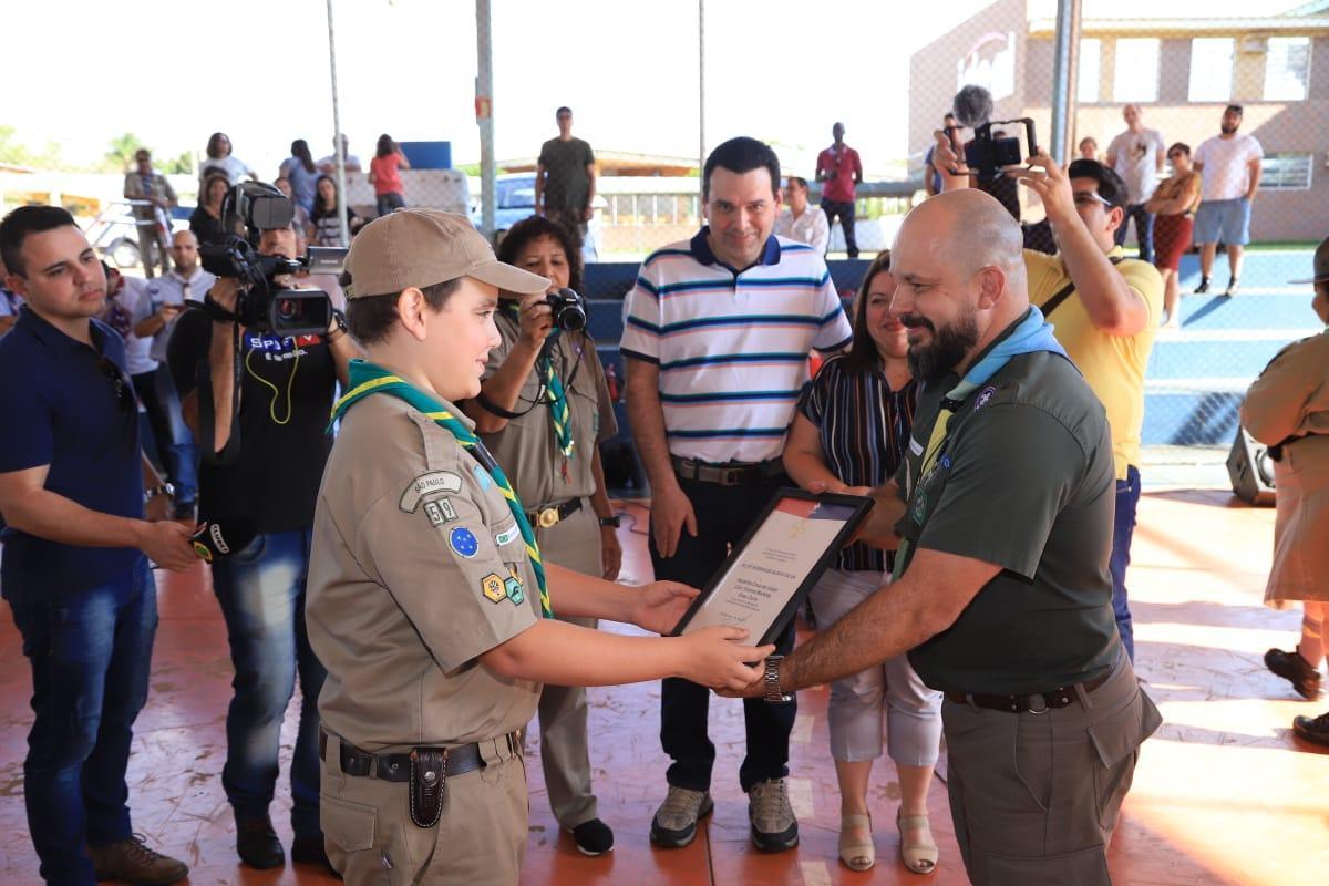 """Jovem escoteiro recebe medalha """"Caio Vianna Martins"""" por ato de coragem"""
