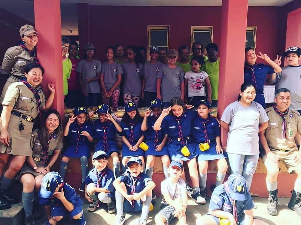 Escoteiros de Bastos doam cestas básicas para associação que combate o câncer