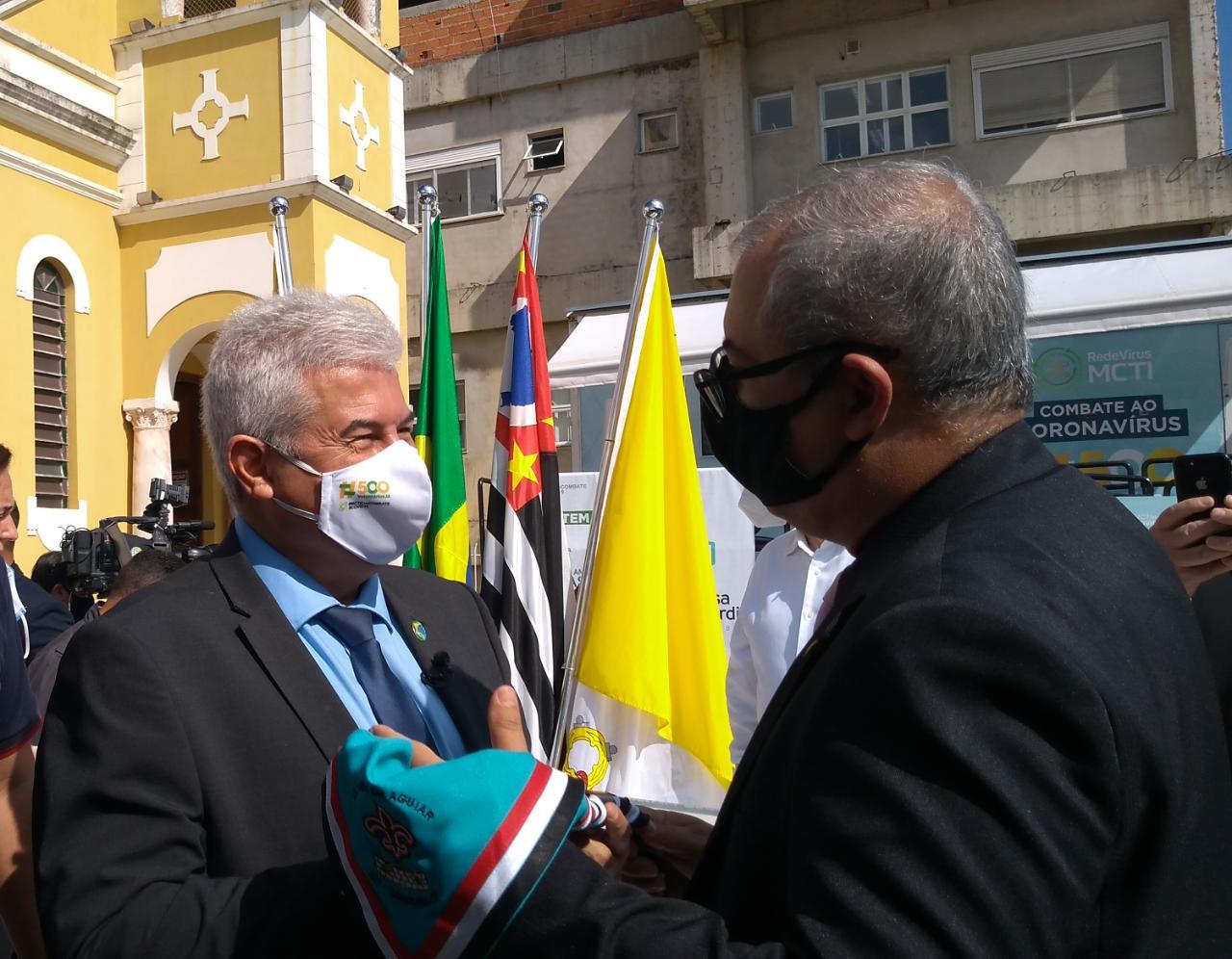 Ministro Marcos Pontes é presenteado com lenço escoteiro